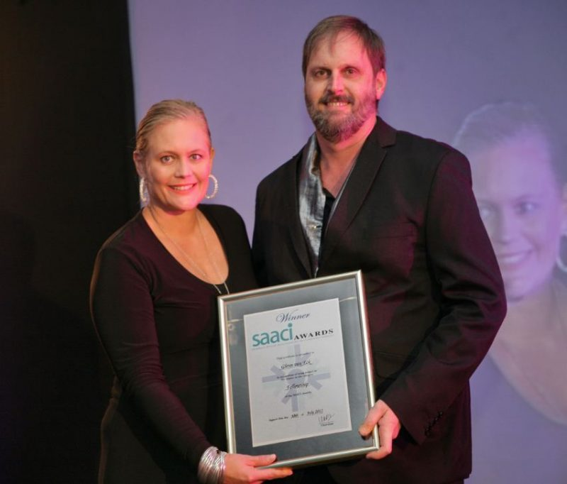 Glenn van Eck receives Fellowship Award from SAACI National Chairperson, Nina Freysen-Pretorius.