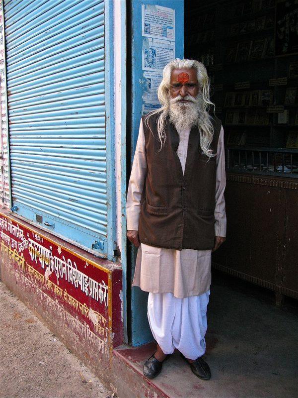 800px-A_man_in_traditional_attire,_Rishikesh