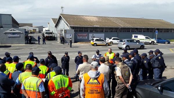 SAPS briefing ahead of roadblocks being set up.